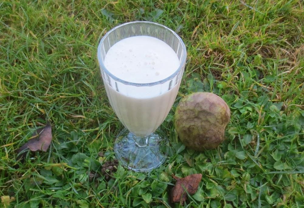 Weißer Tee-Smoothie mit Cherimoya