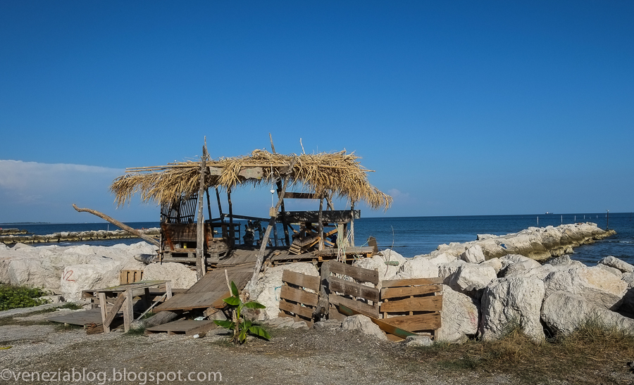 Venezia blog castaway style on the beach at lido or diy capanne - Robinson crusoe style ...
