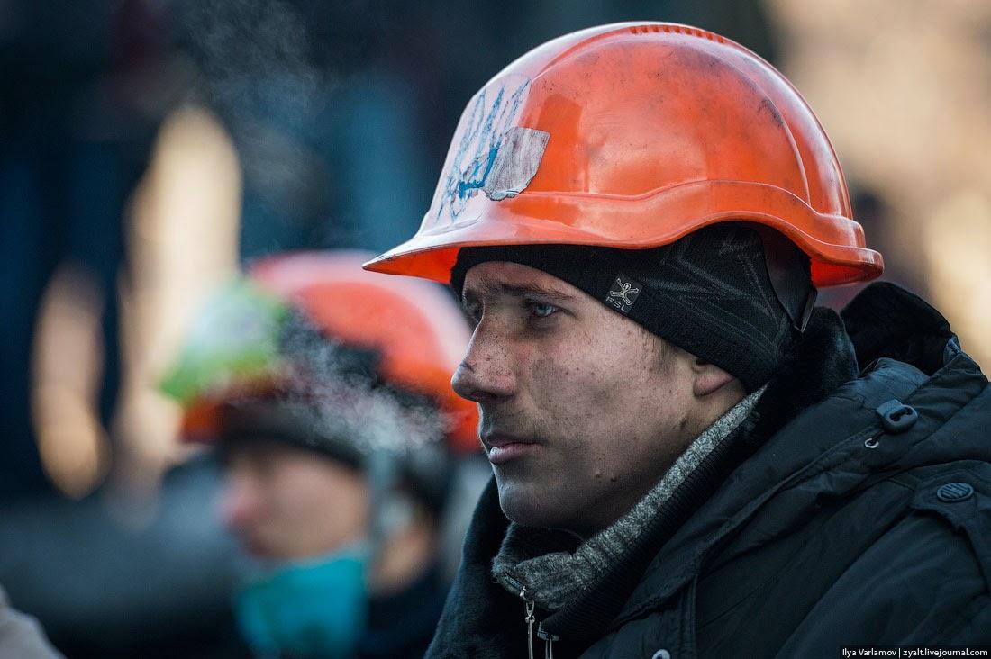 12. Копоть от горящих покрышек покрыла всех. Она не смывается водой, горький запах пожара сразу чувствуется от человека, если он провел какое-то время на баррикадах. Сидишь в кафе, кто-то заходит, а ты по запаху сразу понимаешь: пришли люди с Майдана.