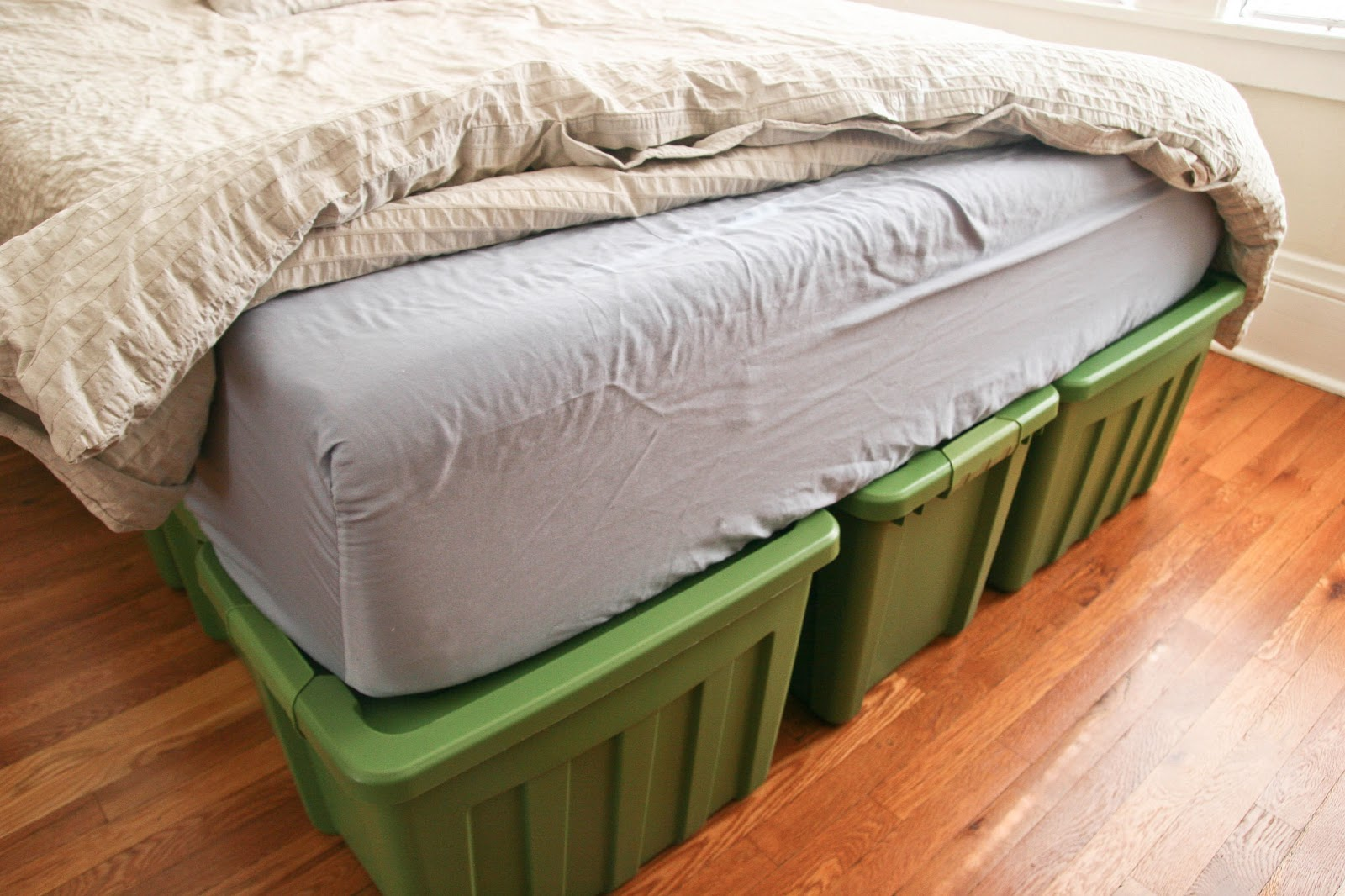Ellies Wonder: A Rubbermaid Bed Frame!