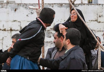 Mujer iraní perdona a un hombre de la horca con una cachetada
