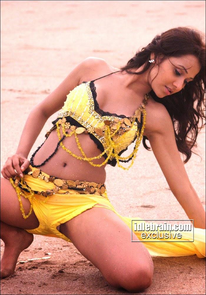 Nisha Kothari is trying to show her penty