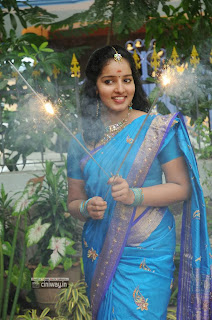 Malavika-Menon-Stills-in-Saree-at-Vizha-Movie-Team-Diwali-Celebration