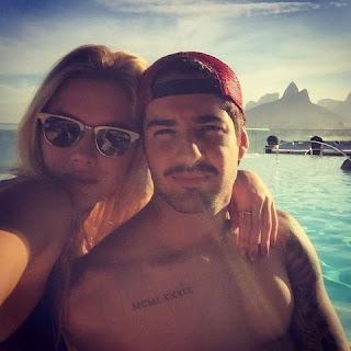 """A atriz publicou em seu Instagram uma foto em que o casal aparece abraçado na piscina. """"Recarregando"""", escreveu"""