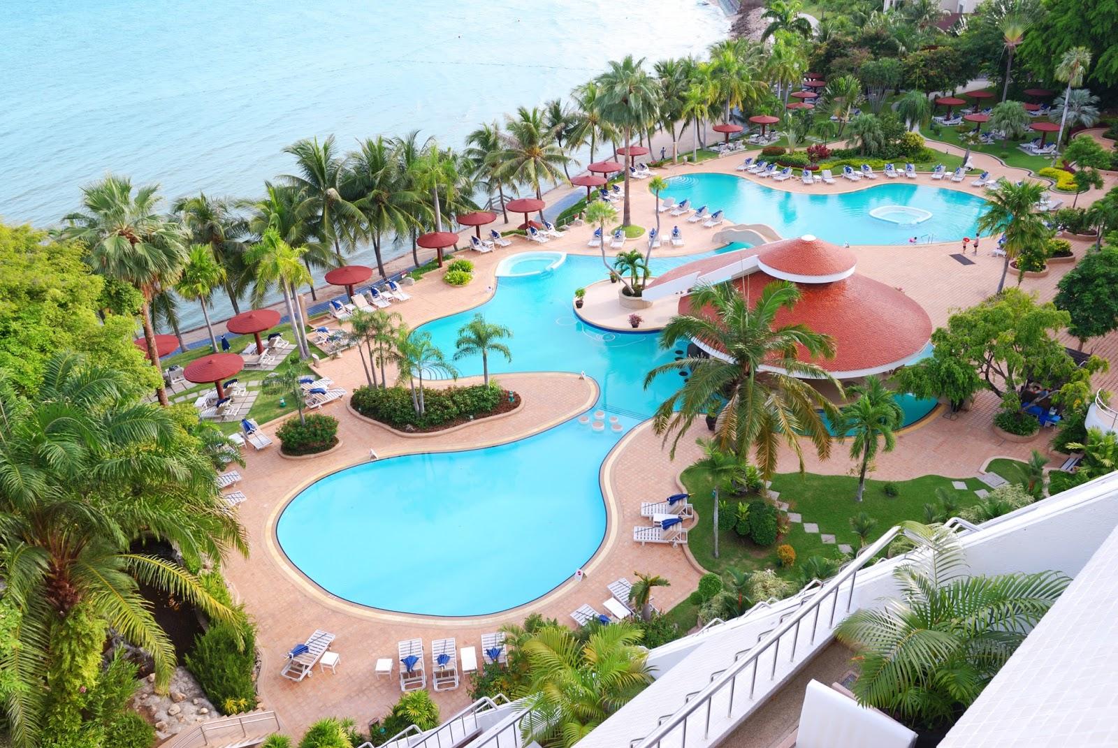 Banco de im genes piscinas y albercas en balneario junto for Albercas minimalistas imagenes