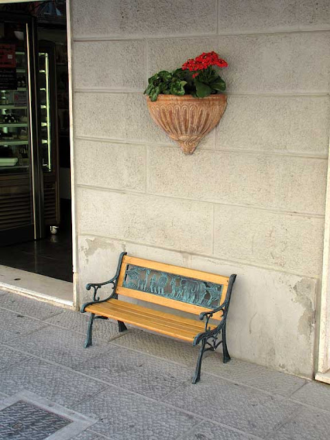 Small bench outside La Mela Stregata (The Bewitched Apple) ice cream shop, via Magenta, Livorno