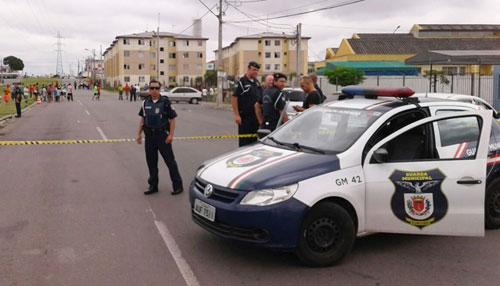 Armados, marginais invadem mercado popular em Curitiba (PR) e atiram contra Guarda Municipal