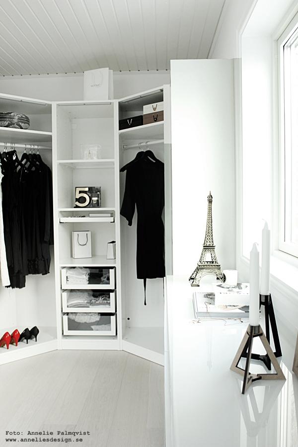 walk in closet, wic, öppen garderob, fördelar, nackdelar, inredning, svart och vitt, rött, eiffeltorn i inredningen, eiffeltornet, stora eiffeltorn, böset ljusstake, chanel, number 5, nummer 5, svarta klänningar, röda pumps, högklackade skor, detaljer, inredningsblogg, blogg, annelies design, webbutik, webbutiker, webshop,
