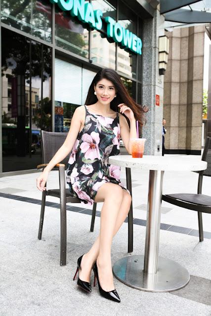 Thiết kế váy hai dây dáng suông được tô điểm hoạ tiết hoa lá góp phần mang lại hình ảnh dịu dàng và sexy cho bạn gái.