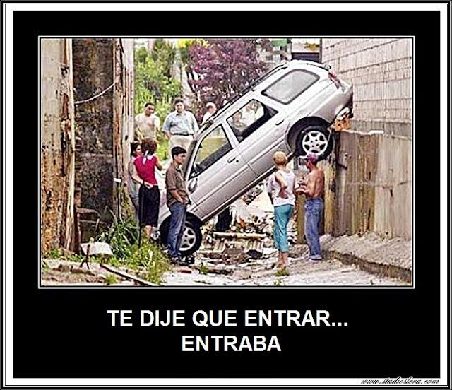coche entre dos paredes