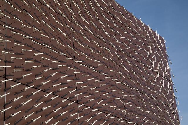 Vento muda fachada de museu randall