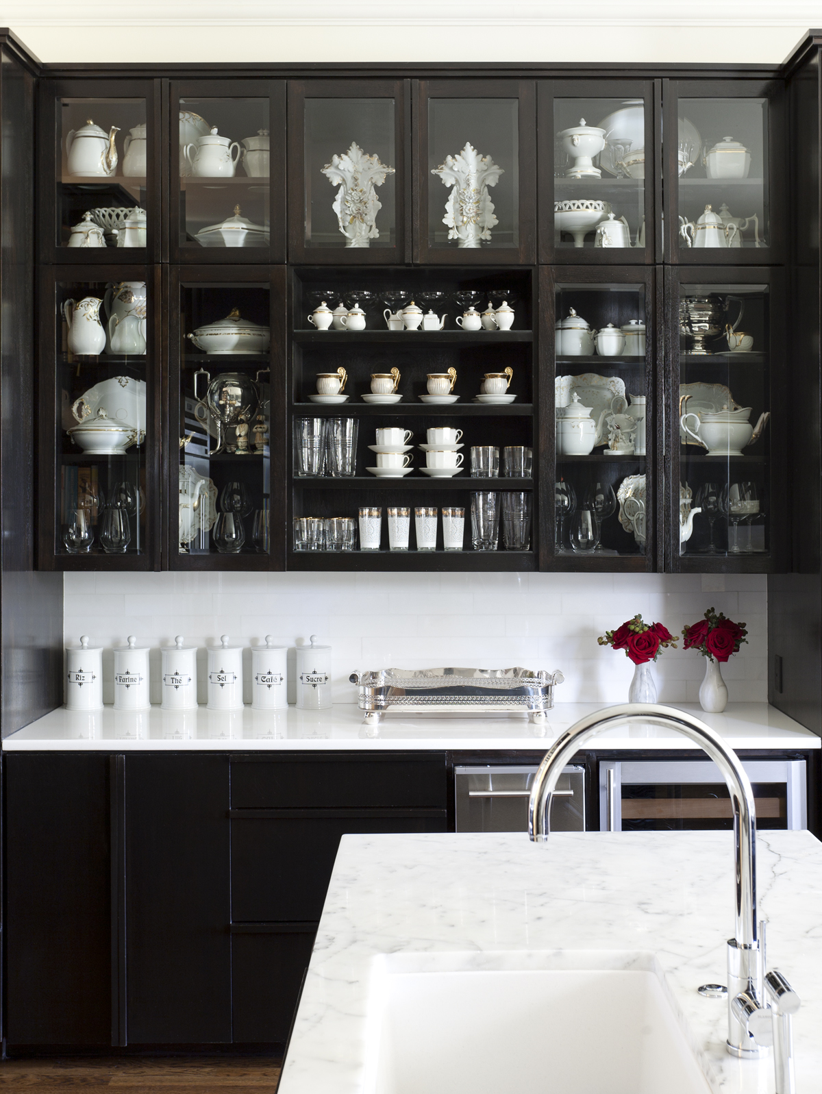 Bye bye white hello dark kitchen cabinets nbaynadamas for Black kitchen cabinets with white marble countertops