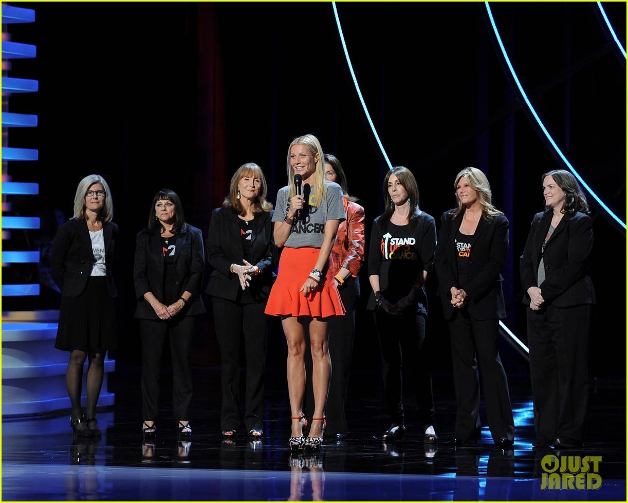 http://2.bp.blogspot.com/-ki6khh1i4NQ/UGKq8UtG2dI/AAAAAAAADks/OPWdFku0YeI/s1600/gwyneth-paltrow-stand-up-to-cancer-telecast-03.jpg