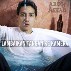 Aron Ashab - Lambaikan Tangan Ke Kamera