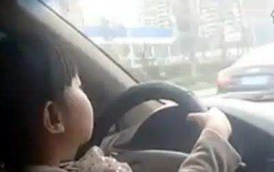 4歳の少女の運転映像