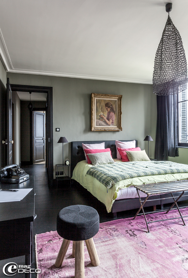Dans une des chambres de la maison d'hôtes 'La Villa 1901' à Nancy, courte pointe 'Shirt', petits coussins en lin 'Caravane' et taies d'oreiller en lin 'Harmony', banc 'Nordal'