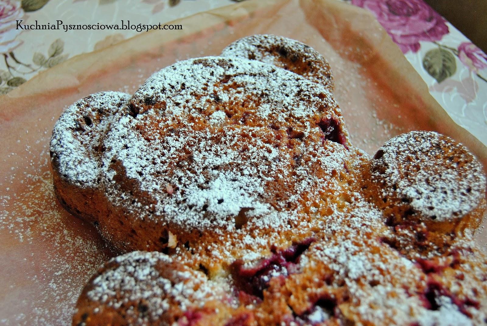 179. Jogurtowe ciasto miś z wiśniami i migdałami