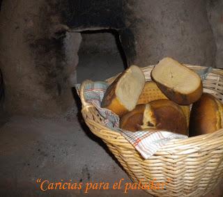 se pone el pan se hornea unos o minutos quedan es un pan muy apretado y su cubierta tiene el sabor de la ceniza with como se hace horno de lea