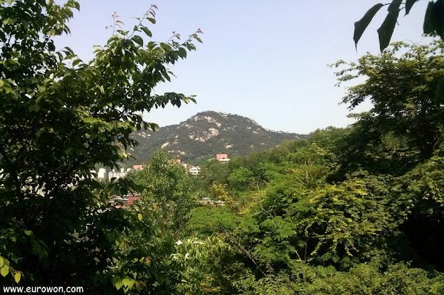 Montaña Inwangsan vista desde el monte Ansan