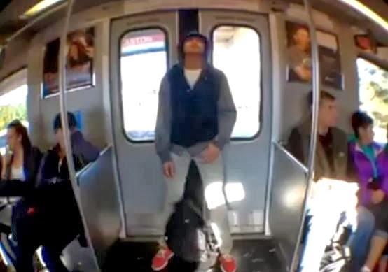 Rapaz dorme encostado na porta do trem e quando ela se for O rapaz a porta