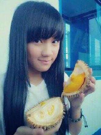 Cindy Gulla makan durian