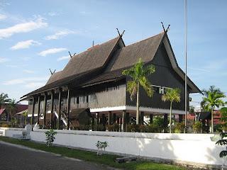 rumah adat kalimantan tengah kalteng Rumah betang kalimantan tengah kalteng pontianak suku dayak 300x224 Gambar Rumah Adat Indonesia