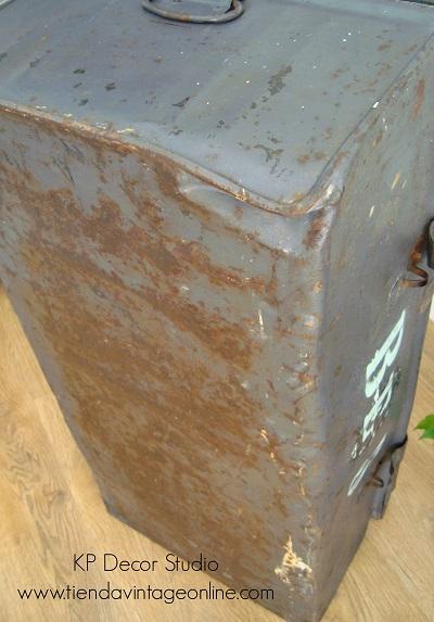 Cajones militares antiguos. maletas vintage estilo industrial