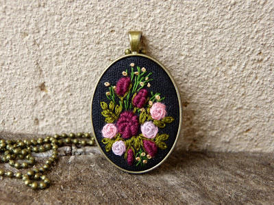 haft rococo, embroidered pendant, haftowane róże, haftowany naszyjnik, naszyjnik z haftem, embroidered jewerly, naszyjnik vintage, medalion z haftem, handmade jewerly, embroidered necklace, vintage jewerly, biżuteria retro, haft na lnie,