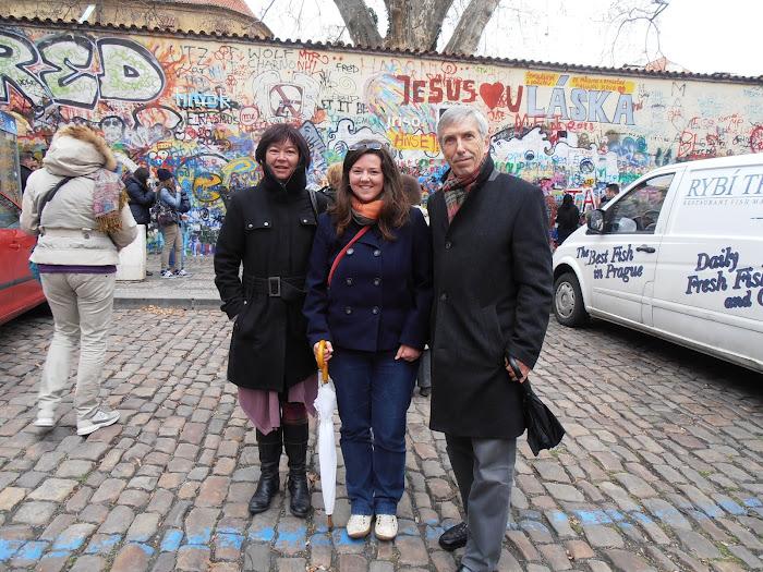 """Marie-Claude JOUANNE, Karolina et moi devant """"le mur d'expression"""", près de l'ambassade de France"""