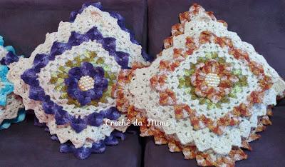 Almofadas de croche com flores e pérolas