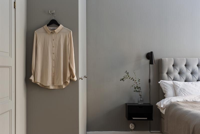 tunnelmallinen makuuhuone ja harmaat seinät