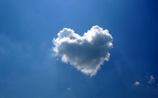 Foto van een wolk in de vorm van een liefdes hartje
