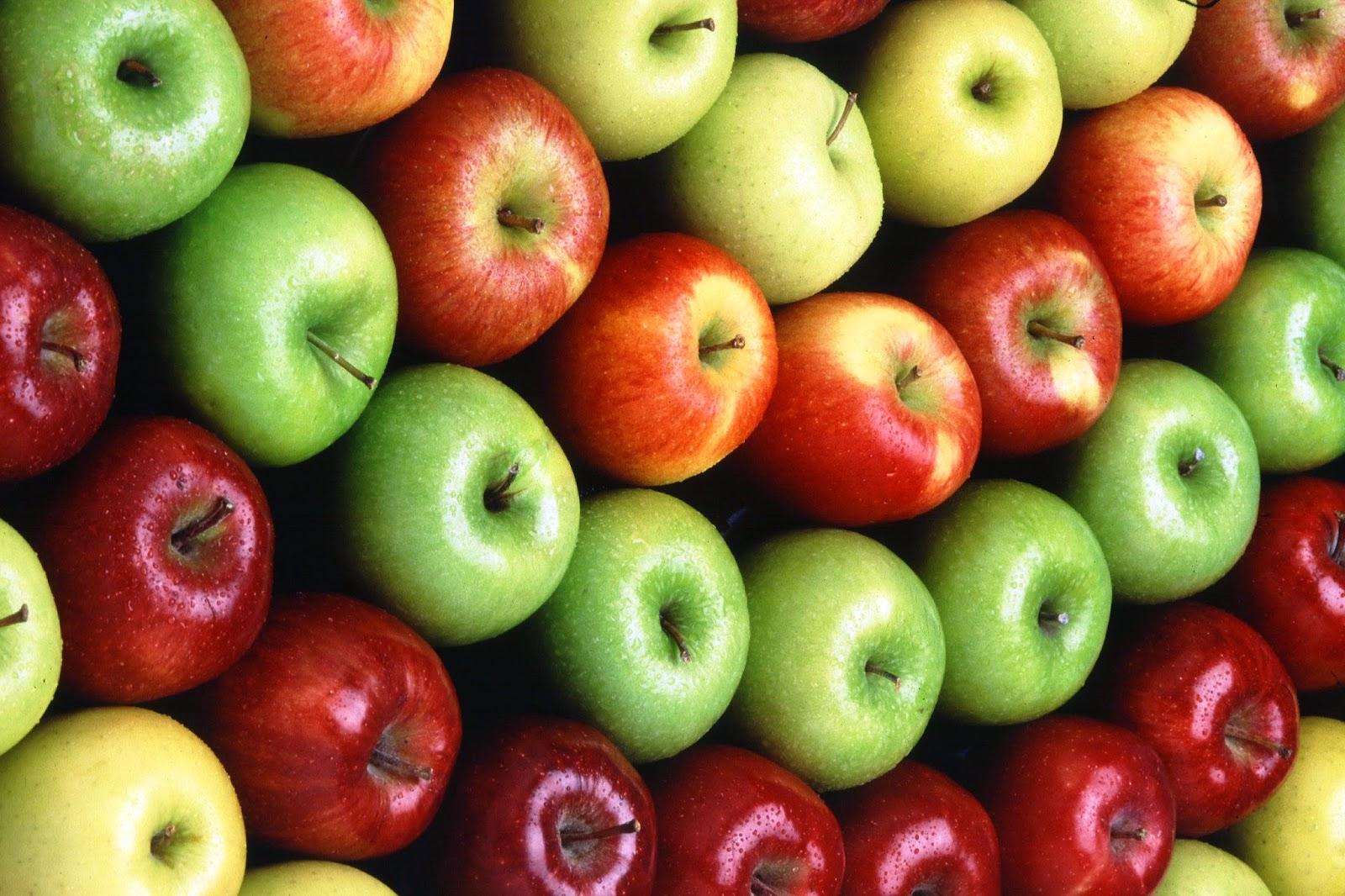 Clarear os dentes com frutas em casa-maçã