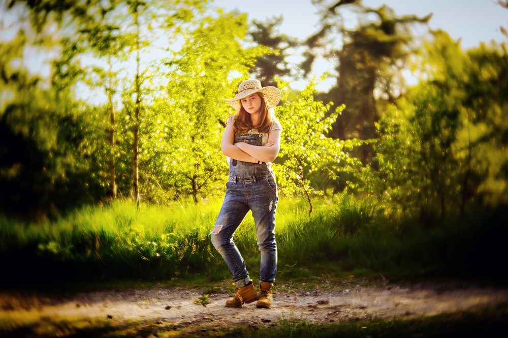 Lensbaby Velvet 56 Image of a girl with a hat standing  in the golden hour bij Willie Kers of GlamourKidz photography in the Netherlands