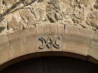 Detall d'una dovella del portal de l'església de Sant Salvador de Brics
