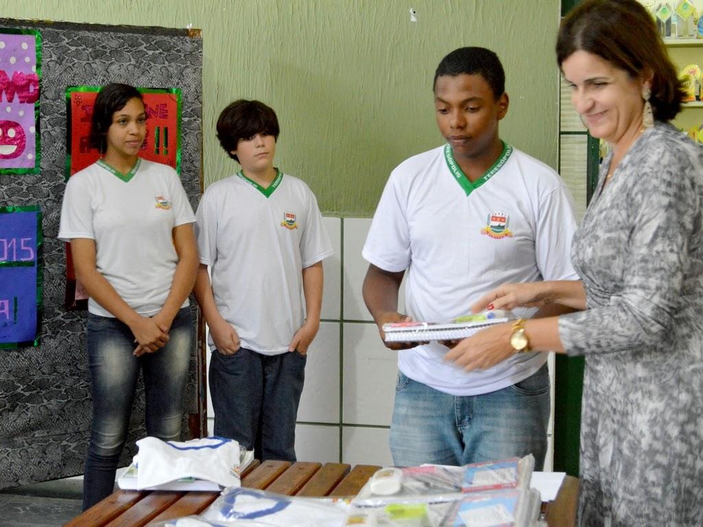 Diretoria Heloísa de Castro entrega kit escolar a alunos do Cerom