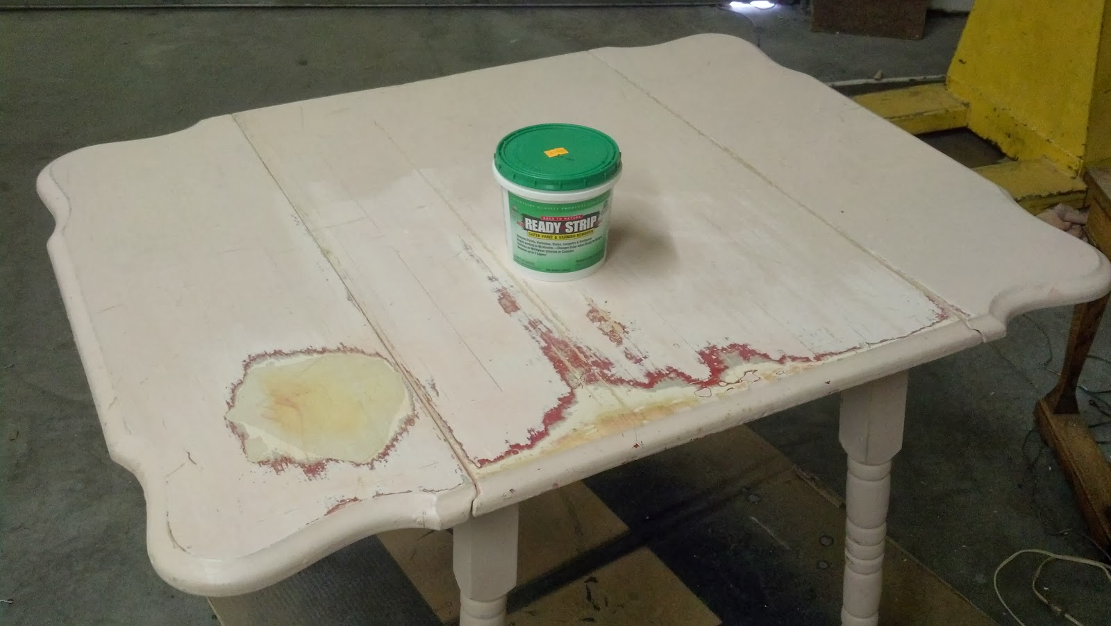 A cute,cheerful table that got a refinished top and freshly painted legs. Great instructions for the makeover including paint and stain colors.