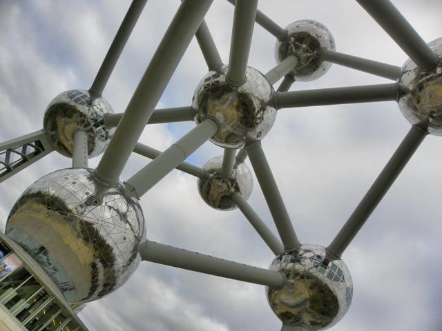 Debajo del Atomium