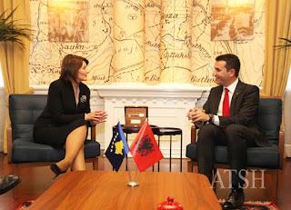 Veliaj i dhuron Çelësin e Tiranës Presidentes Atifete Jahjaga