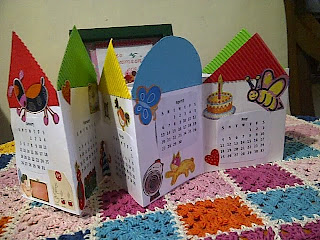 membuat kalender, yang dihias oleh adik2 pasien sendiri, kakak relawan cuman membantu :)