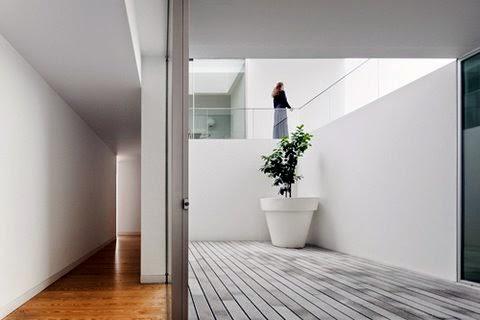Soluciones de dise o para casas tipo bunquer sin for Diseno pasillos interiores