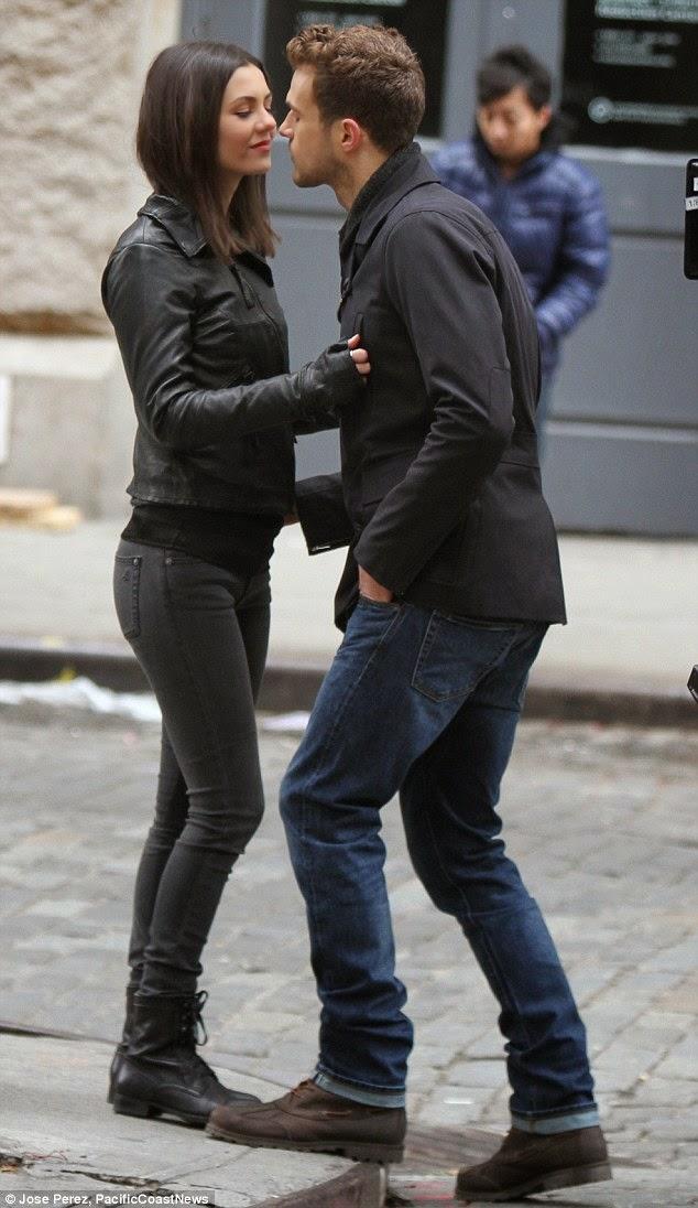 فيكتوريا جستس و ريان كوبر خلال تصوير مشهد رومانسي في المسلسل الجديد Eye Candy