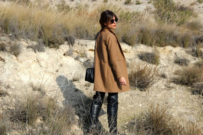 abrigo camel y botas negras mosqueteras