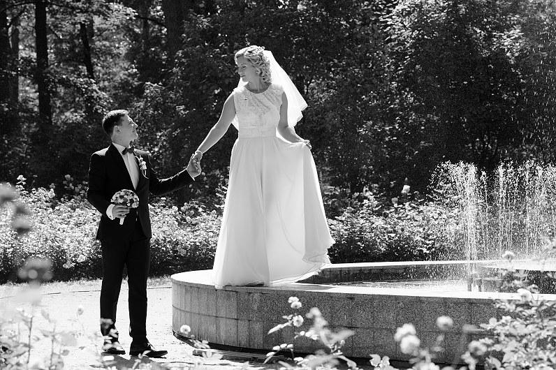 vestuvių fotosesija prie fontano Alytuje