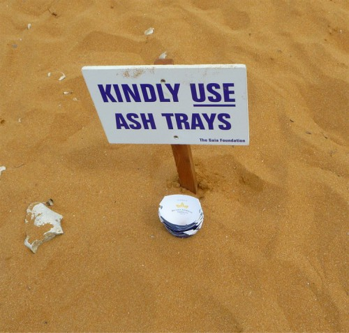 Kindly use ashtrays (il portacenere da spiaggia)