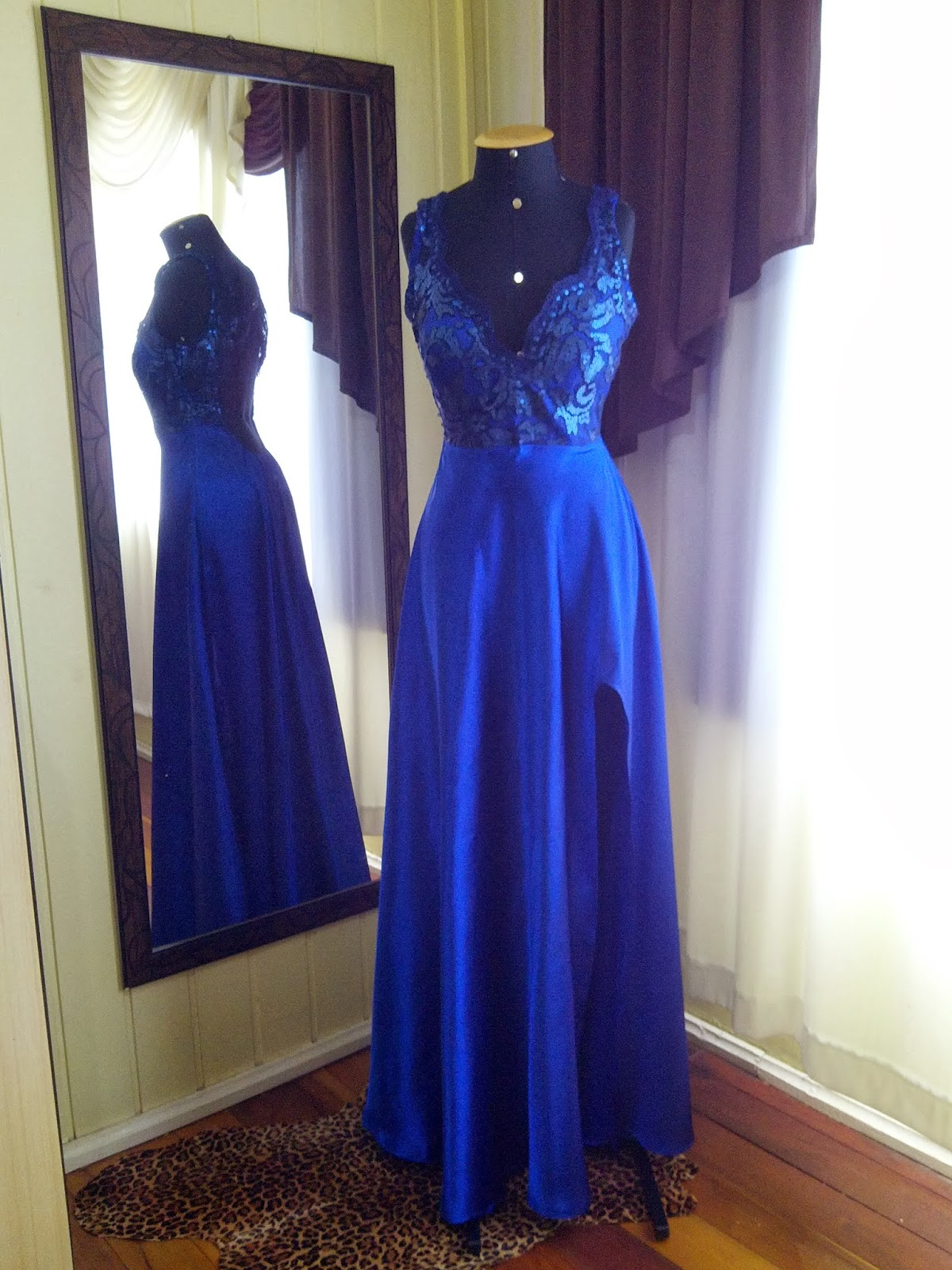 Vestido de cetim com renda longo azul
