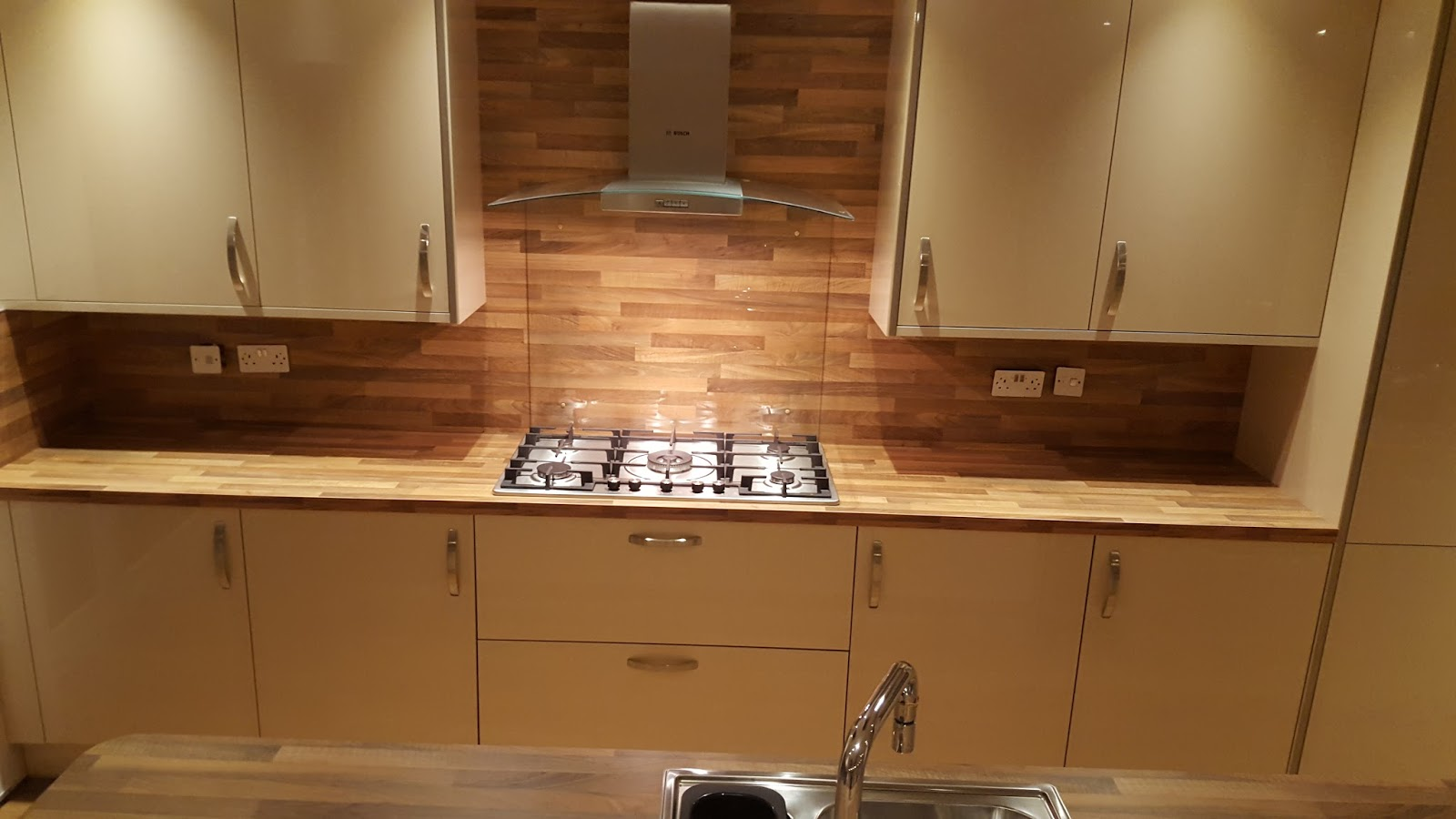 Elm Kitchens And Joinery Howdens Kitchen In A Very Spacious Kitchen Extension With Matching
