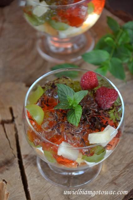 Deser z bitą śmietaną, owocami i galaretką