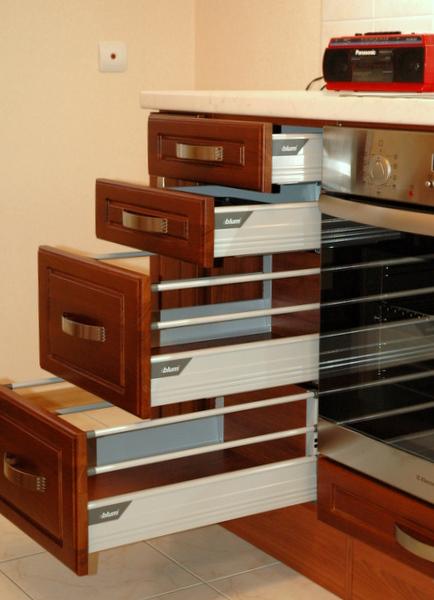 Кухонный стол с выдвижными ящиками: технологичное решение со.