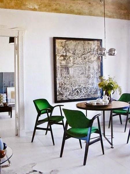 Biała podłoga a na niej siedziska zielone tapicerowane